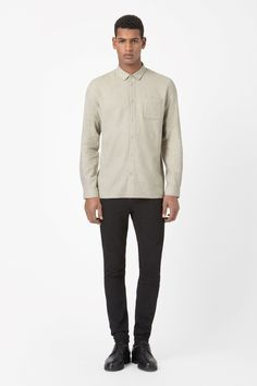 This shirt is made from extra-soft cotton twill and has a simple patch pocket on the chest. A casual style, it is a relaxed fit with a narrow pointed collar, long sleeves and a tonal front button fastening.