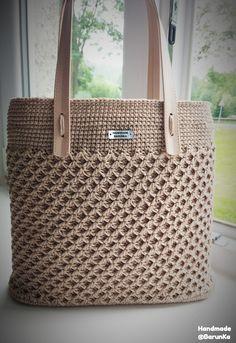 Best 12 Crochet Day Bag free pattern – easy crochet bag pattern for beginners – SkillOfKing. Crotchet Bags, Crochet Beach Bags, Crochet Bee, Knitted Bags, Crochet Bag Tutorials, Crochet Purse Patterns, Crochet Handbags, Crochet Purses, Crochet Scarf Easy