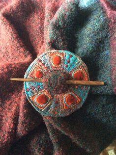 Felted wool shawl clasp / brooch / closure with decorative stitching. Fabric Brooch, Felt Brooch, Brooch Pin, Textile Jewelry, Fabric Jewelry, Felted Jewelry, Nuno Felting, Needle Felting, Wool Applique