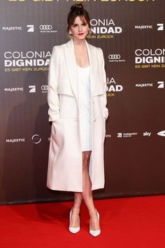 Emma Watson hit the red carpet in Berlin on Friday for the premiere of her latest film, Colonia. The actress looked chic and sophisticated in an Style Emma Watson, Emma Watson Belle, Emma Watson Estilo, Emma Watson Outfits, Emma Watson Beautiful, Emma Watson Fashion, Emma Watson Dress, Emma Watson Red Carpet, Legs