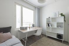 Vaaleassa työhuoneessa luonnonvaloa tulvii sisälle Office Desk, Corner Desk, Furniture, Home Decor, Corner Table, Desk Office, Decoration Home, Desk, Room Decor