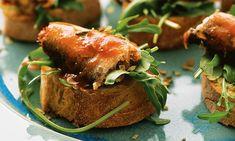 Bruschettas de sardinhas. Um prato ideal para começar uma refeição como amigos, a acompanhar com um copo de vinho branco fresquinho.