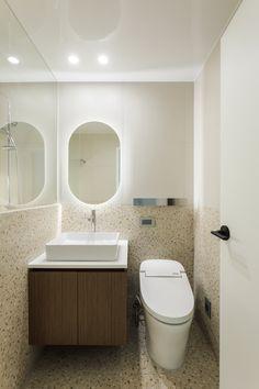 호텔 같은 집, 내 인생 최고의 소비 :) | 오늘의집 인테리어 고수들의 집꾸미기 Corner Bathtub, Toilet, Loft, Interior Design, Bathroom, Mirror, House, Furniture, Home Decor