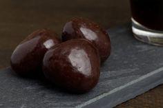 > Dazzle van de week <  Sint en piet zaten te denken, welke Dazzle toch te schenken.... De Dazzle van de week misschien? Een bijzondere Dazzle die elke chocoladeliefhebber verdient!   De Fragies of Fragles is een fris-zure aardbei in pure chocolade.  Laat je verrassen door deze geurige lekkernij.  #Dazzles #Chocolate #Chocolade #Dazzle #Dazzlevandeweek #Fragies #Fragles #FragieFragles #Sinterklaas #Pieten #Sint #Present