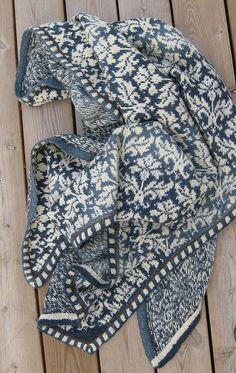 Een heel project, zo'n sjaal met ingebreid patroon, maar wel mooi.