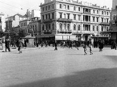 1944, Aθήνα...στη πλατεία Ομονοίας..  photo by Dmitri Kessel