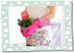 De roze Gloveables met ruitprint in actie in de tuin! Te koop op www.funables.nl. Dish, Pretty, Gloves, Plate