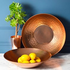 home accessories gift A fabulous large copper hammered dish that brings lustre to your table or dresser with its reflective surface. Copper Dishes, Copper Pots, Hammered Copper, Copper Kitchen Accessories, Decorative Accessories, Kitchen Items, Kitchen Decor, Kitchen Utensils, Manta Polar