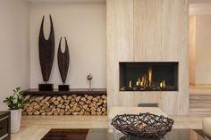 cheminée moderne avec compartiment de rangement de bûches et sculptures originales
