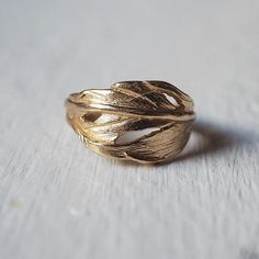 Cast from a real swan feather👌 Chupi has adored swans ever since she was little, for their beauty and strength ❤Made in solid sterling silver and plated of gold Carat Gold, 18k Gold, Irish Pottery, Silver Swan, Irish Design, Feather Ring, Irish Jewelry, Gold Feathers, International Jewelry