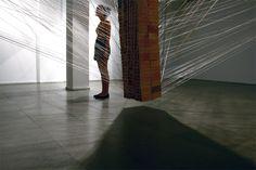 Nathalia García. 2012 | Construção do Avesso | Linha de crochê e 186 tijolos (350 quilos)  Galeria Iberê Camargo - Usina do Gasômetro | PORTO ALEGRE / RS - BRASIL