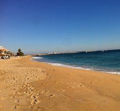 А если хочется посидеть на берегу у моря в одиночестве без толп туристов и выпить Сангрию или мидий поесть — не стоит делать этого на центральном пляже. Нужно проехать на пригородной «электричке» около 20—30 минут до станции «Premiá De Mar» и от нее пройти вдоль берега метров 500 по ходу движения поезда. Там на берегу, на песке стоит самое уютное в мире кафе. Я всегда туда езжу.  На пляже никого. Умиротворение полное. Вкусно готовят и напиться есть чем. Ехать нужно из метро Площадь…