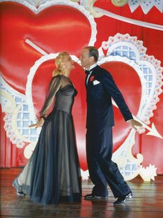 Marjorie Reynolds and Fred Astaire in 'Holiday Inn', 1942 Golden Age Of Hollywood, Vintage Hollywood, Hollywood Stars, Classic Hollywood, Hollywood Dress, Hollywood Actresses, Gene Kelly, Classic Christmas Movies, Classic Movies