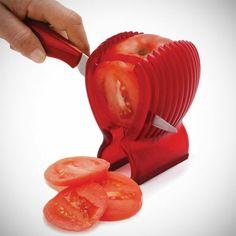 Lustige Küchenhelfer und Küchengeräte schälen tomaten