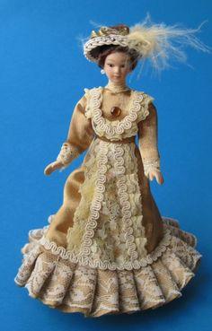 Dame Lady im eleganten beigen Kleid Puppe für die Puppenstube Miniatur 1:12
