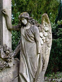 Angel / Engel im Friedhof Sihlfeld Zürich  via Flickr