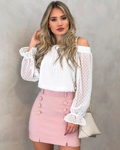 Delicadeza define esse look...💕 Blusa poa ombro Luíza R$159,90 | saia liberte rosa R$279,90  Compras pelo site:… Preppy Outfits, College Outfits, Skirt Outfits, Chic Outfits, Summer Outfits, Women's Fashion Dresses, Casual Dresses, Dinner Gowns, Whatsapp Messenger