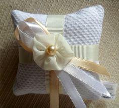 Sachê no formato almofadinha confeccionado em piquet, detalhes com fita de gorgurão, fitas de cetim e pérola.
