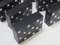 """""""O sabão da foto é de carvão de bambú, sabão muito usado no Japão como detox da pele"""". - Tutorial de como fazer sabonetes/sabão de petit pois"""