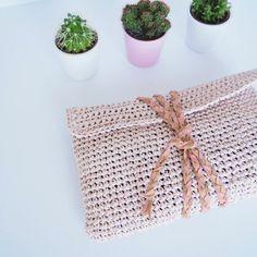 diy a pouch to crochet / tutorial hook Crochet Pouch, Crochet Diy, Crochet Mittens, Crochet Braids, Love Crochet, Crochet Doilies, Pochette Diy, Knitting Accessories, Crochet Clothes