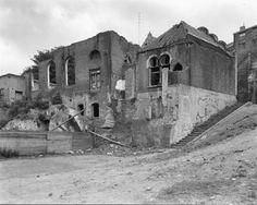 Synagoge: De achtergevel van de synagoge te Nijmegen en de bijbehorende school, in zeer slechte toestand.