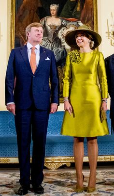 King Willem-Alexander of The Netherlands and Queen Maxima of The Netherlands are welcomed by Grand Duke Henri and Grand Duchess Maria Tere. Queen Of Netherlands, Princesa Real, Royal Dresses, Queen Maxima, Royal Fashion, Silk Dress, Everyday Fashion, Vintage Dresses, Cool Style