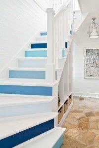 Adım adım marin… Yazlık evlerinize katabileceğiniz yaratıcı bir detay; her basamağa bir mavi tonu.