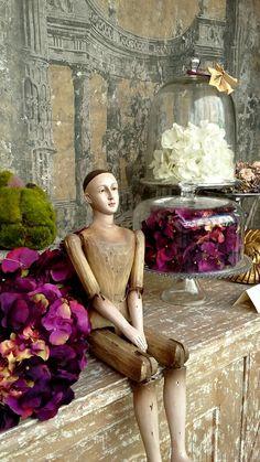 manequin assis,hortensias,toile,cloche verre