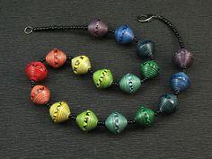 Halsketten, Armbänder und Ohrschmuck aus Papierperlen - schmuck aus papier - papierschmuck von Claudio Dartevelle