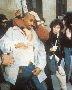 Tupac never really liked the paparazzi. 2pac, Tupac Shakur, Arte Do Hip Hop, Tupac Wallpaper, Tupac Pictures, Tupac Art, Tupac Makaveli, Best Rapper, 90s Hip Hop