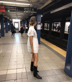 Love this white minidress paired with black cowboy boots for a casual chic street style Look Cool, Cool Style, My Style, A New York Minute, Summer Outfits, Cute Outfits, Nyc Girl, Subway Surfers, Spring Summer Fashion