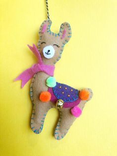 A Felt Sewing Pattern and Instructions for your Holiday Crafting Delight Sewing Projects For Kids, Sewing Crafts, Craft Projects, Felt Projects, Craft Ideas, Llama Christmas, Christmas Craft Fair, Felt Animal Patterns, Stuffed Animal Patterns