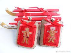 Купить вышитые подвески игрушки на новогоднюю елку Имбирные человечки красный в интернет магазине на Ярмарке Мастеров