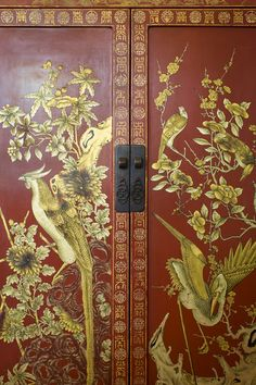 Jacqui Getty Photos Jacqui Getty's armoire decorated with a painted Chinoiserie motif of gold birds. Chinoiserie Motifs, Chinoiserie Wallpaper, Chinoiserie Chic, Asian Furniture, Painted Furniture, Furniture Refinishing, Armoire Decorating, Zen Decorating, Asian Interior