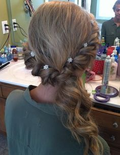 Peinado elegante y facil con coleta baja y enrollados en los lados