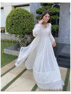 Pakistani White Dress, Pakistani Party Wear Dresses, Beautiful Pakistani Dresses, Indian Gowns Dresses, Indian Fashion Dresses, Pakistani Dress Design, Indian Designer Outfits, Pakistani Outfits, White Anarkali