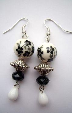Boucles d'oreille perles argentée  blanche et noire