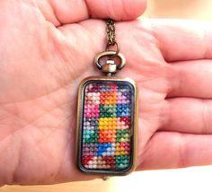 Collar-colgante bordado punto cruz en caja reloj por Blacaypis