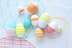 Looking for fresh eggs? Check out this collection of colorful & modern DIY Easter eggs.
