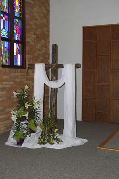 Old Rugged Cross in the Sanctuary at Easter Easter Flower Arrangements, Tropical Floral Arrangements, Alter Flowers, Church Flowers, Easter Altar Decorations, Easter Decor, Church Stage Design, Crosses Decor, Kirchen