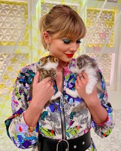 November 2019 - Taylor Swift with cats on Sukkiri in Japan Taylor Swift Cat, Long Live Taylor Swift, Taylor Swift Style, Taylor Swift Pictures, Taylor Alison Swift, Taylor Swift Fashion, Indira Gandhi, Beatles, Beyonce