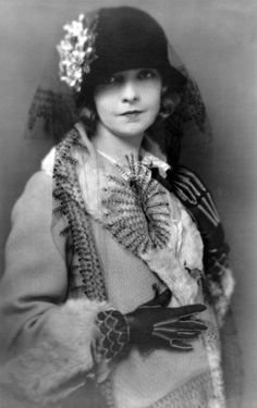 Hollywood actress Lillian Gish, half-length portrait, wearing coat and hat with flower and long veil. Photo by Charles Albin, New York, From the Lillian Gish Collection at the U. Library of Congress. More pictures of Lillian Gish George Hurrell, Belle Epoque, Lillian Gish, Dorothy Gish, Divas, Vintage Outfits, Vintage Fashion, Retro Fashion, Bijoux Art Deco