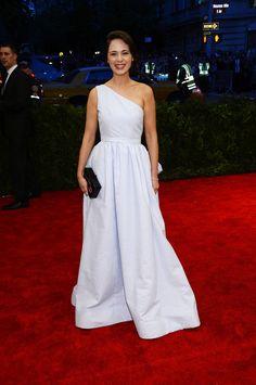 Met Gala 2013 Red Carpet: Zooey Deschanel in seersucker dress WITHOUT bangs!
