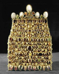 Reliquary of Saint Stephen, part of the insignia and regalia of the Holy Roman Empire, second quarter 9th. Gold, silver, precious stones, probably from Reims. H: 32 cm Inv. XIII, 26