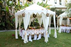 Dazzling and Stunning Outdoor Wedding Decorations - The little thins - Event planning, Personal celebration, Hosting occasions White Roses Wedding, Rose Wedding, Diy Wedding, Dream Wedding, Wedding Ideas, Grecian Wedding, Wedding Gazebo, White Weddings, Celtic Wedding