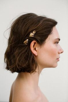 The Eina hairpins are for admirers of nature. A organic conifer branch eternalized in silver. A modern amulet reminding you of the beauty of nature and the connection with your roots. Short Hair Accessories, Wedding Hair Accessories, Fancy Hairstyles, Wedding Hairstyles, 1940s Hairstyles, Bridal Hairstyle, Hair Inspo, Hair Inspiration, Short Wavy