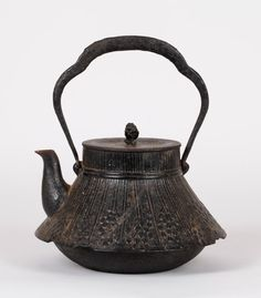 Japanese Teapot Condition: fair Dimension: 24cm H x 21cm W