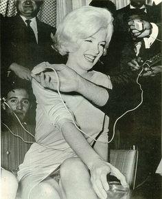 Marilyn Monroe donne une conférence de presse à l' hôtel Continental Hilton, où la star séjourne, le 22 février 1962, le lendemain de son...