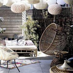 RONDJE WERELD • deze zomerse tuin dankt zijn exotische sfeer aan materialen en dessins uit verre oorden. Ga je mee de wereld rond?