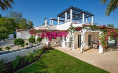 Deze stijlvolle villa is heerlijk rustig gelegen aan het eind van een doodlopende weg in het geliefde vakantieresort Carvoeiro Clube, op vijf minuten wandelen van het tenniscomplex van het resort. Casa Christina beschikt op de begane grond over twee slaapkamers met een badkamer en suite, en twee slaapkamers die een badkamer delen. De villa, omringd… Portugal, Algarve, Lisbon, Resorts, Villa, Mansions, House Styles, Travel, Beautiful
